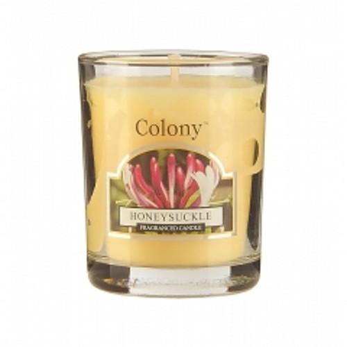 Свеча Цветущая жимолостьАроматическая свеча с ароматом Цветущей жимолости  очень освежает помещение и придает ему изумительный аромат цветов жимолости. В помещении постоянно ощущается чистота и комфорт, комната всегда наполнена свежим ароматом лилией и мускуса. Свеча может гореть до 16 часов.<br>