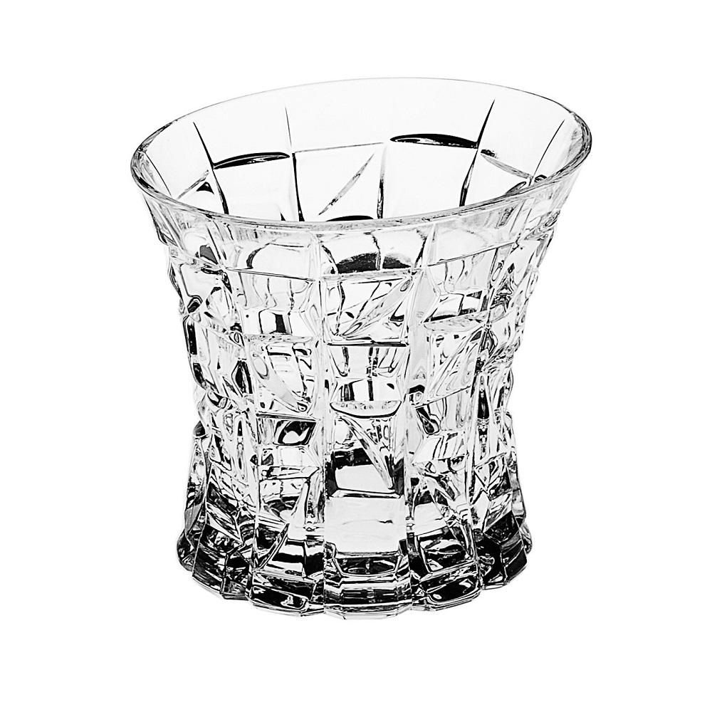 Набор для вискиБогемский хрусталь или Bohemia Crystal Company существуют с 2006 года и осуществляют поставку и продажу предметов из стекольного чешского хрусталя.Набор для виски Crystal Bohemia  состоит из шести хрустальных стаканов и шикарного штофа для благородного напитка. Все изделия имеют прозрачную поверхность и восхитительный рельефный декор. Как и полагается настоящему хрусталю, все стаканы приятно блестят и издают мелодичный звон. Набор для виски Crystal Bohemia станет самым роскошным украшением Вашего кабинета или гостиной, а также подчеркнет статус в глазах гостей и приятелей. Кроме того, такой набор может быть прекрасным подарком.<br>
