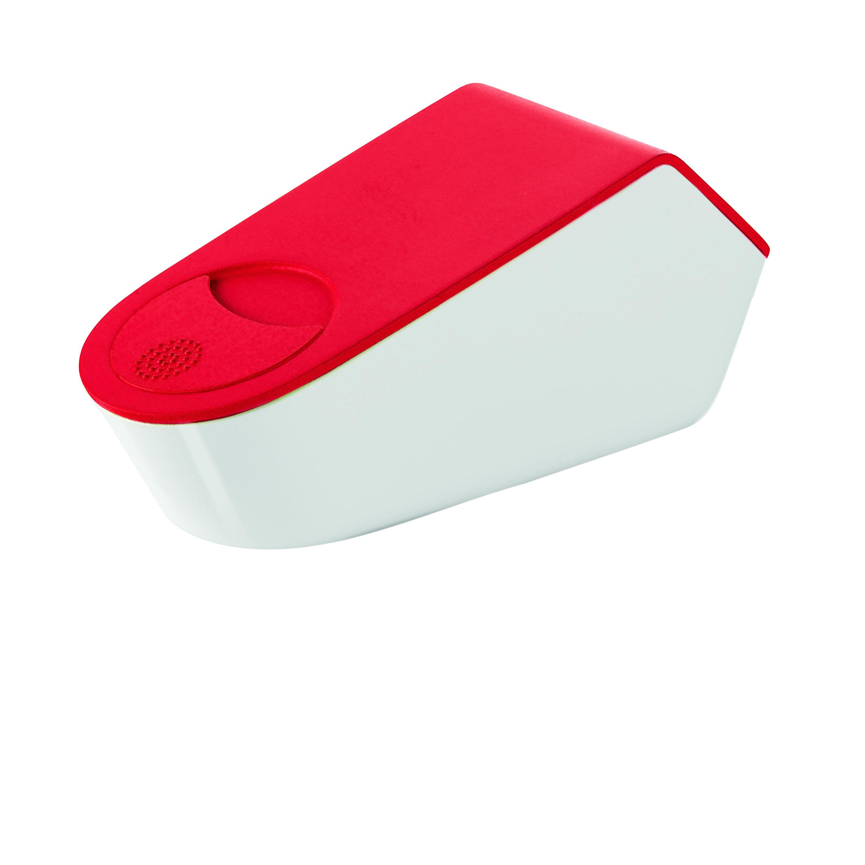Терка с контейнером и крышкой MY KITCHEN краснаяТерка с контейнером и красной крышкойМАЙ КИТЧЕН станет удачным приобретением для вашей кухни. Многофункциональная компактная система позволяет натирать любые твердые продукты на мелкой терке, хранить их в контейнере и сервировать при помощи отверстия в крышке. Измельченные продукты остаются свежими в течение длительного времени. Съемная терка дает возможность натирать продукты как в контейнер, так и непосредственно в блюда. Модель изготовлена из прочного антибактериального пластика, терка выполнена из нержавеющей стали. Систему можно мыть в посудомоечной машине.<br>