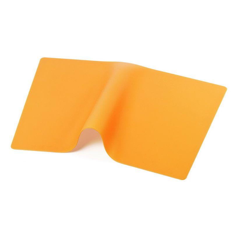 Коврик силиконовый 35*24,5 смКачественный коврик силиконовый станет одним из аксессуаров сервировки стола. Он имеет водонепроницаемую поверхность, практичность, в уходе не доставляет проблем, загрязнения с него удаляются без сложностей. Благодаря сервировочному коврику из силикона, верхняя часть столешницы не будет подвержена высокому температурному воздействию от поставленной на нее горячей посуды из-за хорошей термостойкости используемого материала подложки. Коврик выполнен однотонным, в яркой расцветке, поэтому украсит любую кухню, обеденную зону и создаст определенное настроение во время еды. Силиконовая подставка найдет применение у любой хозяйки.<br>
