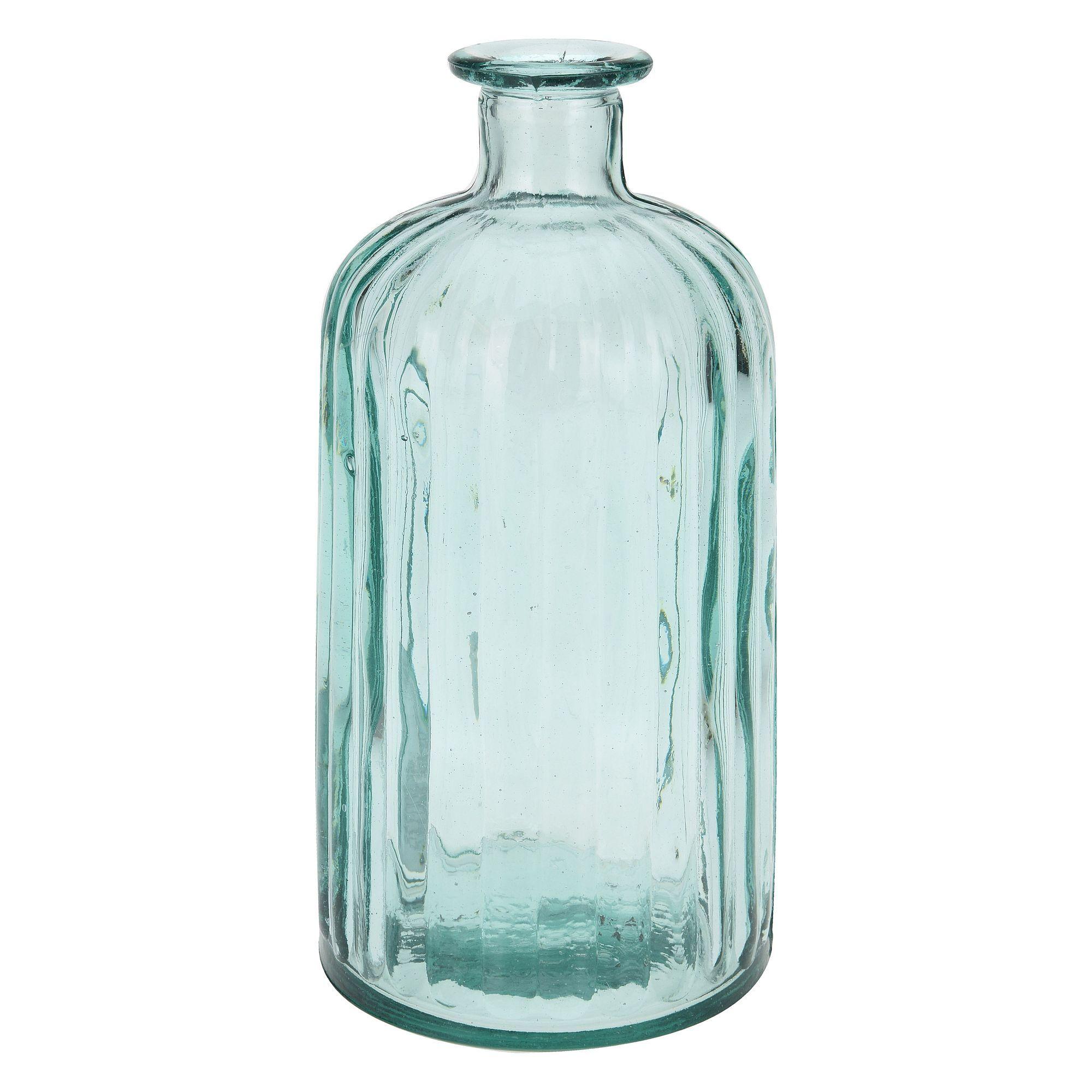 ВазаК пользованию такой вазой придется привыкать. Ее конструкция имеет узкое горлышко, для цветов это не существенно, тогда как наполнить емкость декоративными элементами будет весьма проблематично. Качественная ваза h21 см Бутылка «стекло» бренда Экселент Хаусвейр сделана полностью прозрачной, все содержимое в ней будет просматриваться. Стенки изделия в меру толстые, выглядят крепкими и надежными.В качестве предмета интерьера эта модель подойдет, хоть и сделана в несколько непривычном для ваз стиле. Ее можно приобрести для подарка или для пополнения коллекции. В любом случае она станет акцентом, интересным и эффектным объектом в оформлении помещения. С небольшой высотой ваза будет уместно смотреться на мебели.<br>