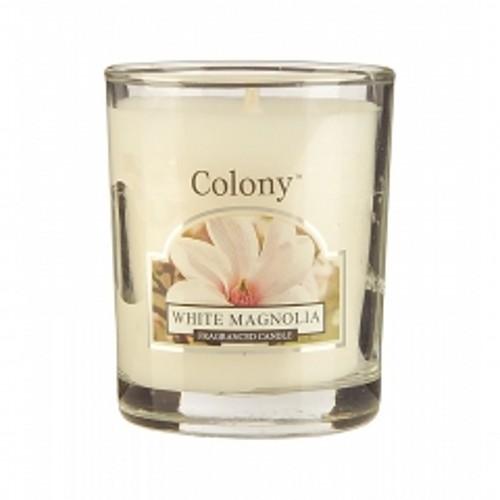 Свеча Белая магнолияАроматическая свеча с ароматом Белой магнолии очень освежает помещение и придает ему изумительно красивый цветочный букет из белой магнолии, гардении, фрезии, розовой сирени и бутонов розы. В помещении постоянно ощущается чистота и комфорт, комната всегда наполнена свежим ароматом цветов. В ней сразу чувствуются легкие нотки сандала и персика, а также мускуса. Свеча может гореть до 16 часов.<br>