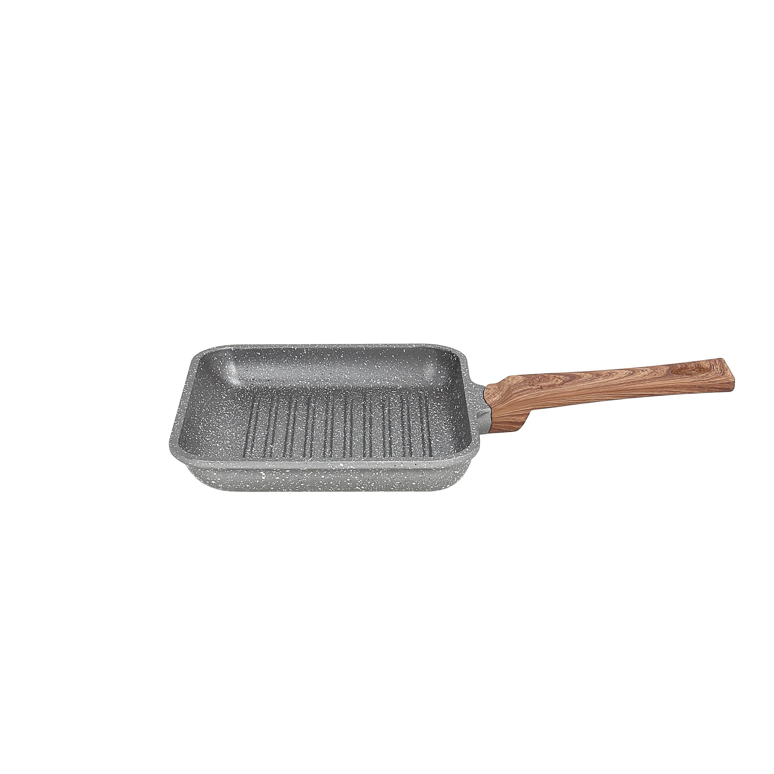 Сковорода-гриль порционная 14*14см STONE&amp;WOODСковорода-гриль порционная Стон Вуд - кухонный прибор, который будет незаменим в приготовлении различных блюд. Модель идеально подойдет для завтраков, обедов и ужинов на одну персону. Изделие подходит для подачи основных блюд, гарниров и горячих закусок. Сковорода - гриль, изготовленная из алюминия, отличается надежностью и прослужит владельцу не один год. Модель предотвращает прилипание блюд и повреждение поверхности во время мытья. Эргономичная рукоятка сковородки, выполненная из пластика, не нагревается, не скользит и удобно помещается в руке.<br>