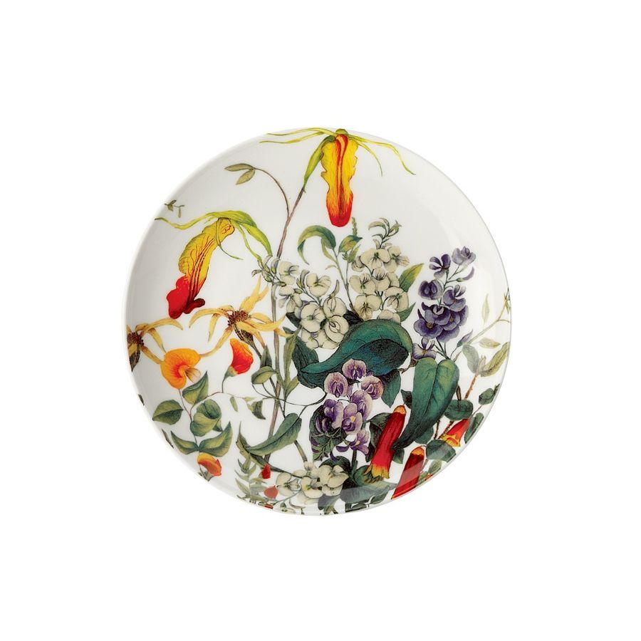 Тарелка Фуксия в подарочной упаковкеЯркие броские цветы, изображенные на тарелке «Фуксия», придадут оригинальность сервировке обеденного стола и представят привычные блюда в новом аппетитном исполнении. Такая заметная тарелка говорит о нетривиальном вкусе владельца и его приверженности к высококачественным вещам. Изготовлено из белого костяного фарфора и упаковано в подарочную коробку, поэтому станет уместным презентом по любому поводу.<br>
