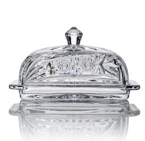 Маслёнка КометаМасленка Комета придаст даже повседневной сервировке стола изысканный и элегантный вид. Изделие выполнено из фактурированного стекла, декоративные грани которого красиво преломляют свет и придают атмосфере вашего обеда нотку роскоши и шика. Масленка из толстостенного стекла изготавливается без применения вредных и токсичных веществ, таких как свинец, поэтому идеальна для длительного хранения продуктов. Она оснащена удобной крышкой с ручкой, проста в уходе, ее можно мыть в посудомоечной машине с прочей посудой. Масленка Комета сохранит свежесть сливочного масла надолго.<br>