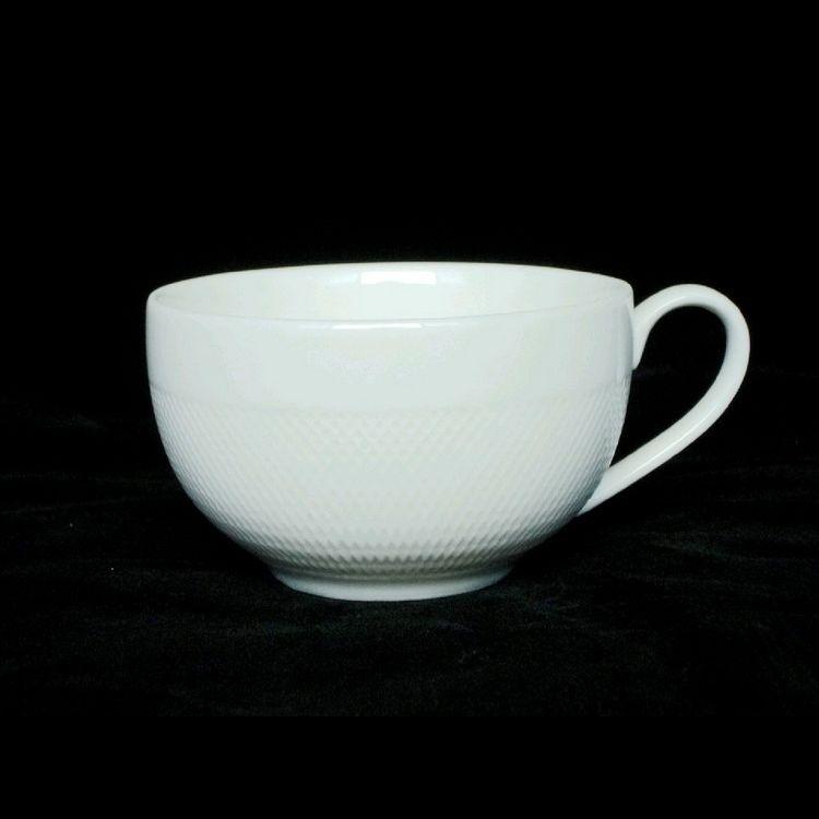 TUDOR ENGLAND Royal Sutton Кофейная пара (чашка + блюдце) 230 млФарфор Tudor England – идеальное посудное решение для любой семьи или ресторана благодаря доступной цене, отличному внешнему виду и высокому качеству, прочности и долговечности, привлекательному дизайну и большому ассортименту на выбор. Важным преимуществом является возможность использования в микроволновой печи, духовке (до 280 градусов) и мытья в посудомоечной машине. Линейка Tudor Ware производилась с 1828 года, поэтому фарфор Tudor England является наследником традиций, навыков и технологий ушедших поколений, что отражается в каждой из наших фарфоровых коллекций.<br>