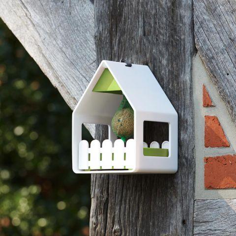 Кормушка-домик  для птиц LANDHAUS белаяНемецкий бренд EMSA дарит жителям мегаполисов прекрасные аксессуары для дома и загородных домов, которые всегда радуют покупателей своим ярким и стильным дизайном и функциональностью. Забота об окружающей среде на сегодняшний день является одной из самых важных задач человечества. Поддержать живую природу, а также украсить свой сад теперь можно с помощью чудесных кормушек для птиц. Такой красивый и полезный аксессуар будет хорошо смотреться на Вашем дачном участке или просто на балконе.<br>