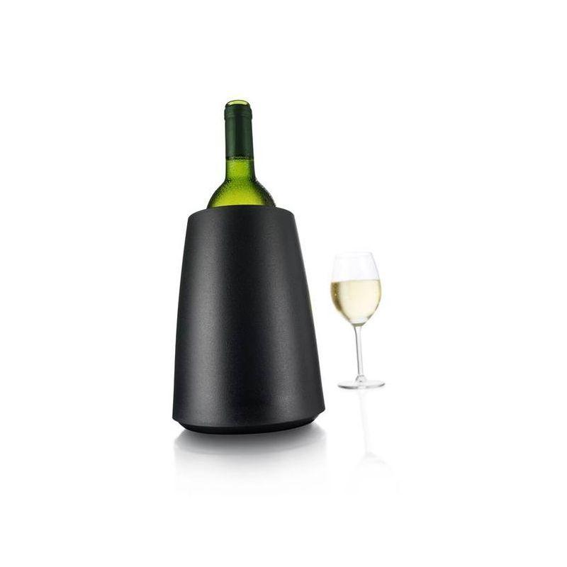 Ведро хладительное Элегант д/вина, черноеОхладительное ведерко д/шампанского серии Элегант позволит вам за 5 минут охладить шампанское без использования льда. Внутрь вставляется охлаждающий элемент, который охлаждает бутылку и сохраняет ее холодной длительное время. В ведерке-охладителе от VacuVin не используется ни лед, ни вода, поэтому скатерть останется сухой, а этикетка не потеряет вид. Хранить охлаждающий элемент следует в морозильной камере.<br>