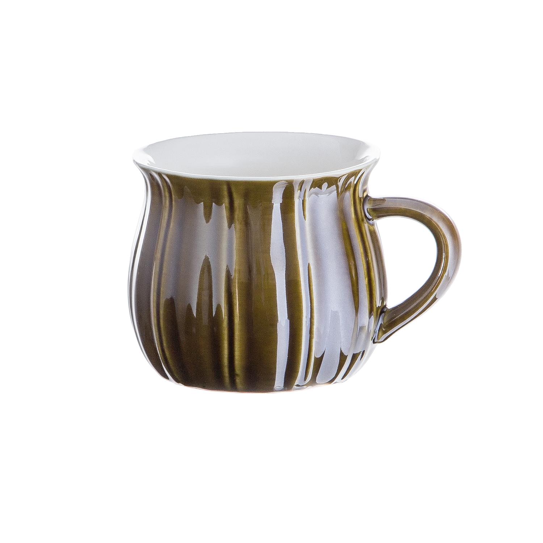 Кружка 9*7,7 см, зеленаяКружка всемирно известного производителя качественной кухонной посуды Магиа Густо изготовлена из керамики, покрытой слоем термостойкой глазури. Керамика помогает надолго сохранить тепло чая или кофе, а низкая теплопроводность этого материала позволяет не обжечь руки. Кружка имеет приятную и удобную форму в форме тюльпана, а также эргономичную ручку, за которую емкость можно подвешивать для просушки. Зеленая кружка Магиа Густо – оптимальный выбор для повседневных чаепитий.<br>