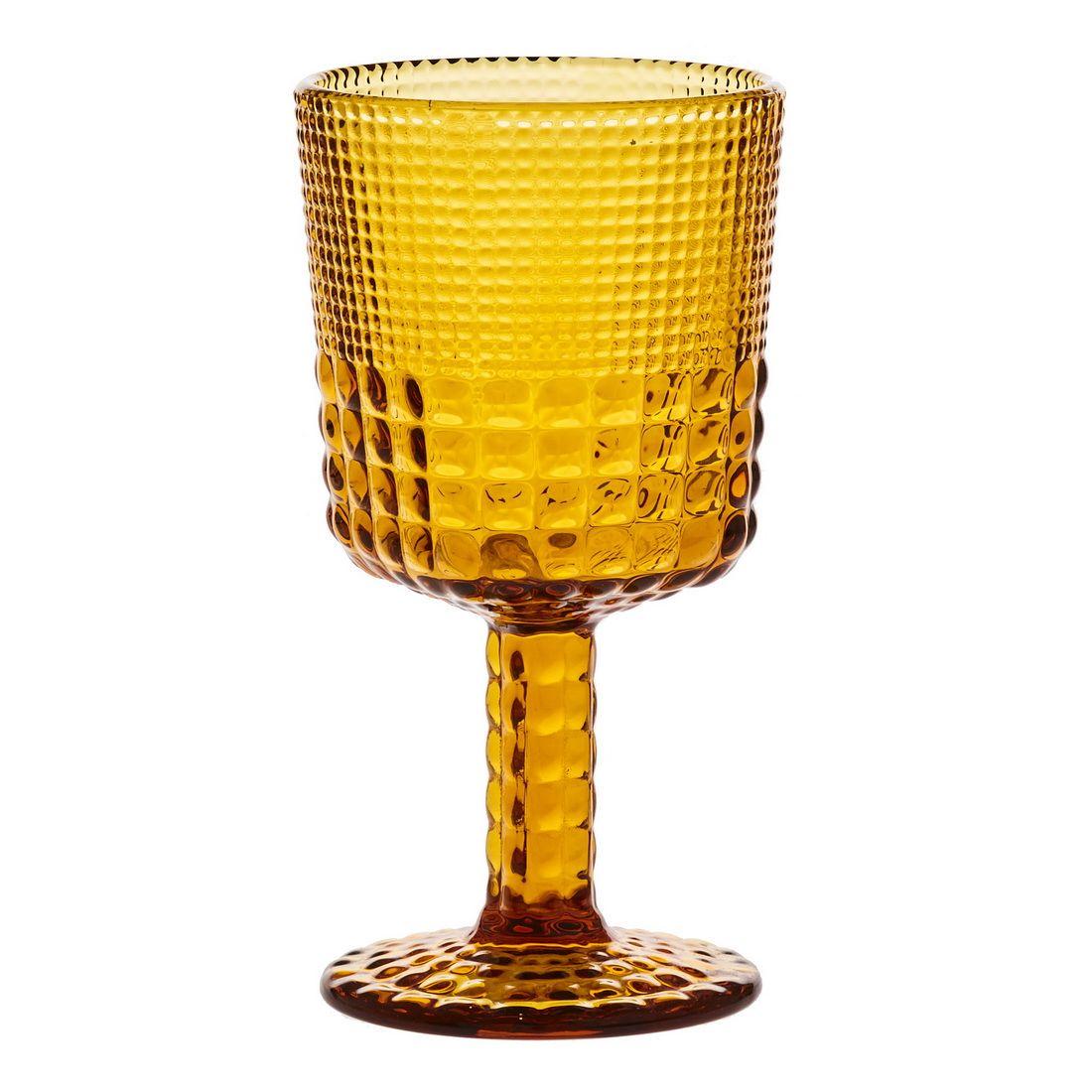 Бокал для вина Royal drops, янтарьБокал для вина Royal drops, выполненный из стекла янтарного цвета, понравится и женщинам и мужчинам. Дамы определенно будут впечатлены необыкновенной игрой света, которая будет появляться на поверхности напитка благодаря оригинальному рельефу стенок фужера. Мужчин же порадует форма бокала, напоминающая очертаниями средневековые кубки – с ним в руке так легко будет почувствовать себя настоящим рыцарем или лордом.С точки зрения функциональность Royal drops предстает удобным и надежным столовым прибором. Высокая и толстая ножка бокала позволяет держать его в руке подолгу не испытывая дискомфорта, а широкое основание не даст ему упасть от неосторожного движения.<br>