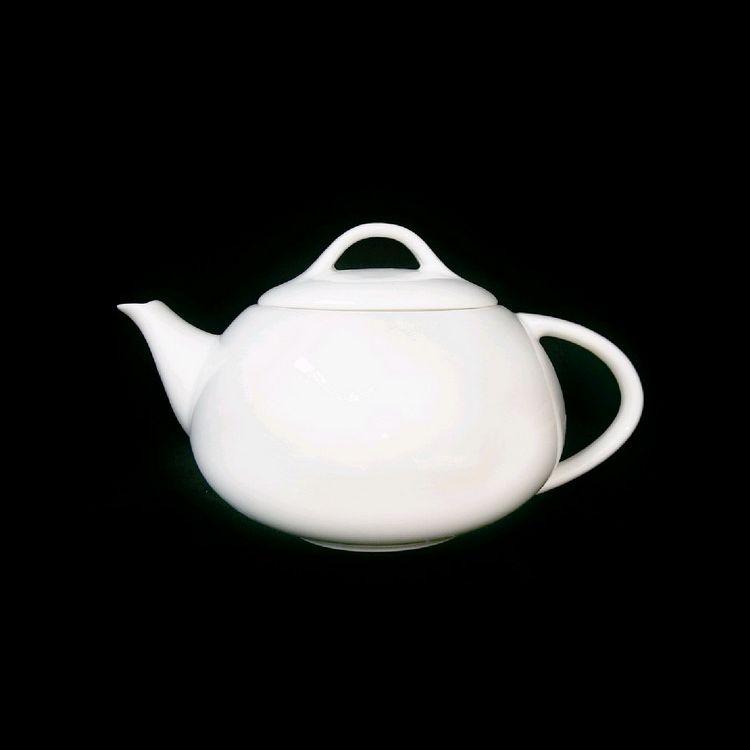 TUDOR ENGLAND Заварочный чайник 500 млФарфор Tudor England – идеальное посудное решение для любой семьи или ресторана благодаря доступной цене, отличному внешнему виду и высокому качеству, прочности и долговечности, привлекательному дизайну и большому ассортименту на выбор. Важным преимуществом является возможность использования в микроволновой печи, духовке (до 280 градусов) и мытья в посудомоечной машине. Линейка Tudor Ware производилась с 1828 года, поэтому фарфор Tudor England является наследником традиций, навыков и технологий ушедших поколений, что отражается в каждой из наших фарфоровых коллекций.<br>