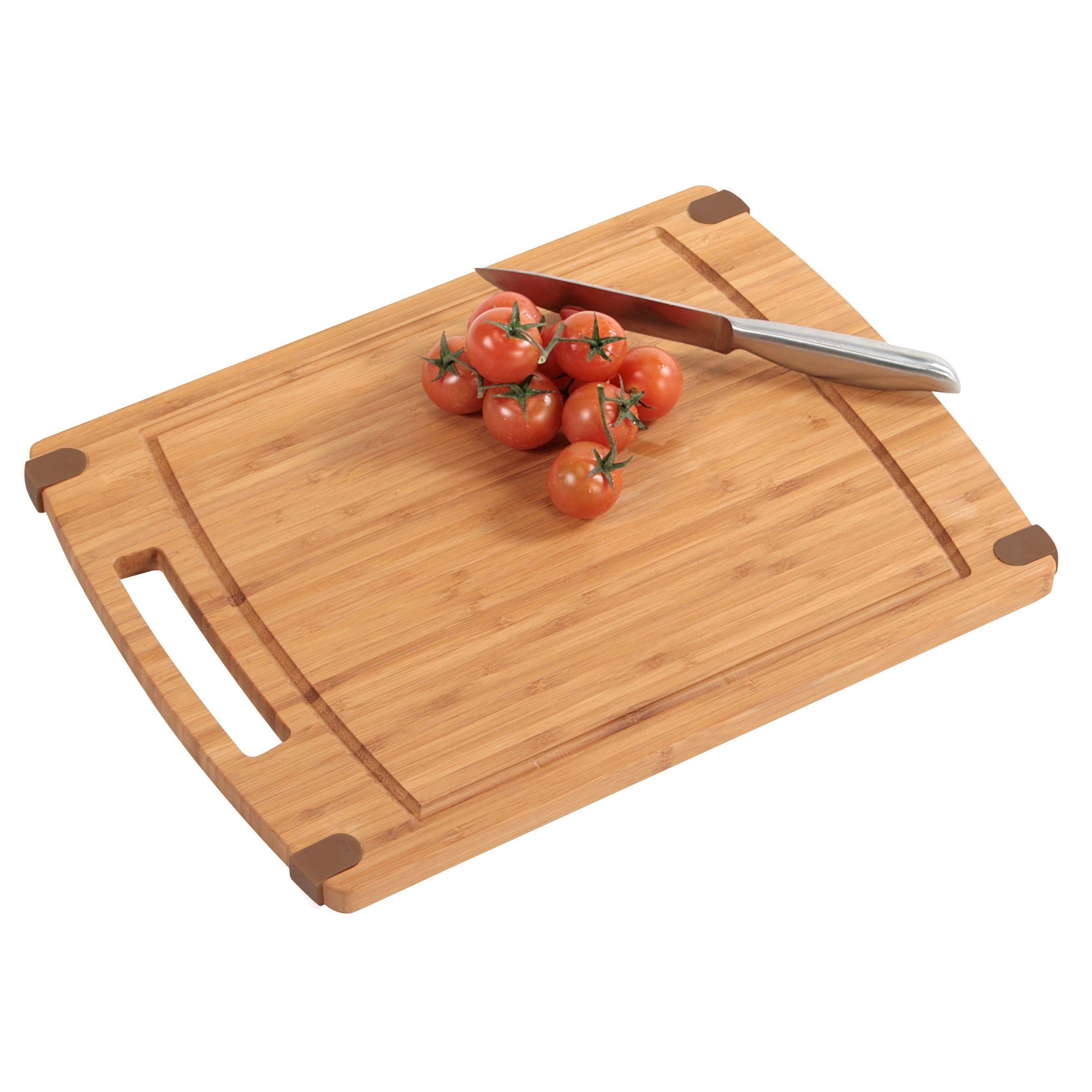Доска разделочнаяДоска разделочная известного производителя Кеспер станет полезным приобретением для кухни. За ручку в виде прорези ее удобно подвешивать к стене. Доска изготовлена из натуральной бамбуковой древесины. Этот материал органично смотрится в кухонном интерьере, кроме того, не затупляет и не повреждает металлические ножи. Главное достоинство деревянных досок – удобство разделки на них мяса и овощей. За изделием несложно ухаживать, оно экологично в производстве.<br>