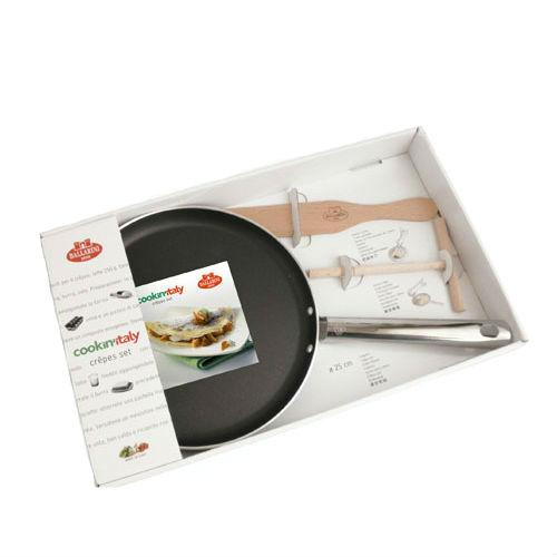 Набор для блинов (сковорода + шпатель + распределитель теста) д.25 смНабор для блинов от Ballarini состоит из сковороды, деревянного шпателя и лопаточки. Сковорода имеет круглую форму и низкие бортики и предназначена для приготовления блинов или оладий. Удобная ручка позволит легко передвигать или переносить сковородку, отличающуюся лёгкостью благодаря алюминиевому материалу. Внутреннее антипригарное керамическое покрытие позволит приготовить вкусные блюда без пригорания. Диаметр: 25 см. Итальянская компания Ballarini выпускает качественную посуду с антипригарным покрытием из литого алюминия или меди для приготовления пищи: сковородки, формы для выпечки, сотейники, которые выполнены в утончённом и сдержанном современном стиле, поэтому готовить в такой посуде одно удовольствие.<br>
