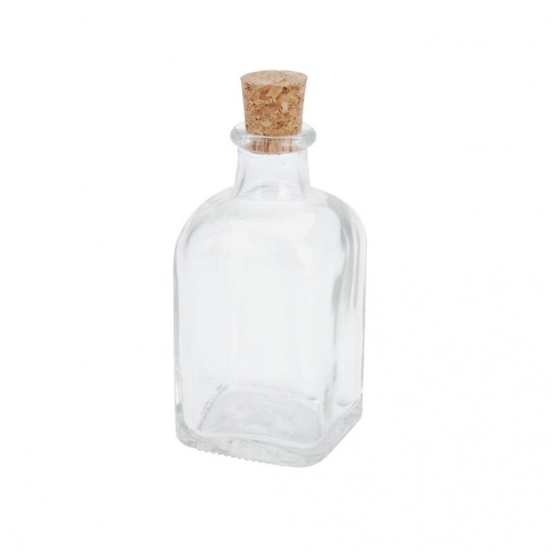 Бутылка с пробкой 1л 5*5*11 смКвадратная стеклянная бутылка, плотно закрывающаяся натуральной пробкой, выполнена в винтажном стиле и будет органично смотреться в кухне, оформленной в стиле ретро, прованс или классика. Бутылка имеет компактный объем и удобно располагается в дверце холодильника – ваши любимые напитки всегда будут прохладными и под рукой. Выполнена из прозрачного пищевого стекла, устойчивого к высоким температурам, поэтому можно наливать горячие жидкости, мыть бутылку в посудомоечной машине.<br>