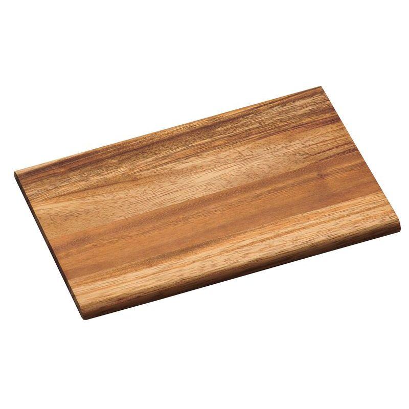 Доска разделочнаяРазделочная доска Kesper изготовлена из натурального дерева акации. Благодаря среднему размеру на ней удобно разделывать различные продукты и она не занимает много места. Для мытья использовать неабразивные моющие средства.<br>