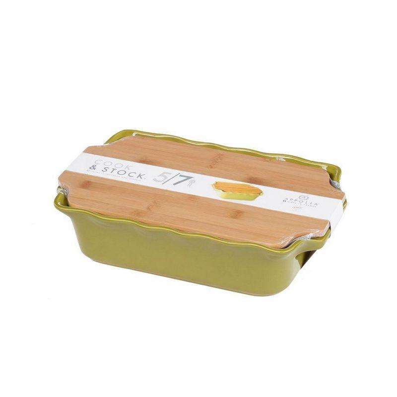 Форма д/запекания с доcкой 3,7 л 38х23х9 DARK GREENВ оригинальной  коллекции Cook&amp;Stock присутствуют мягкие цвета трех оттенков. Закругленные углы облегчают чистку. Легко использовать.  Компактное хранение.  В комплекте натуральные крышки из бамбука, которые можно использовать в качестве подставки, крышки и разделочной доски. Прочная жароустойчивая керамика экологична и изготавливается из высококачественной глины. Прочная глазурь устойчива к растрескиванию и сколам, не содержит свинца и кадмия. Глина обеспечивает медленный и равномерный нагрев, деликатное приготовление с сохранением всех питательных веществ и витаминов,  а так же долго сохраняет тепло, что удобно при сервировке горячих блюд.  Форму без крышки можно мыть в посудомоечной машине, использовать в микроволновой печи и хранить в морозильной камере.<br>