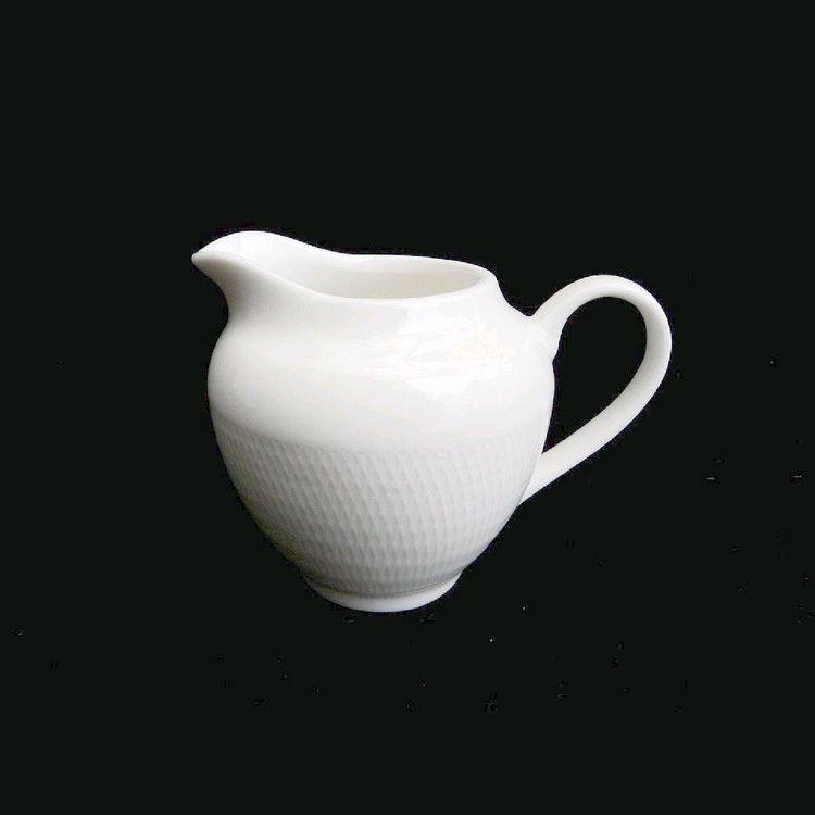 TUDOR ENGLAND Royal Sutton Сахарница и Молочник 150 млФарфор Tudor England – идеальное посудное решение для любой семьи или ресторана благодаря доступной цене, отличному внешнему виду и высокому качеству, прочности и долговечности, привлекательному дизайну и большому ассортименту на выбор. Важным преимуществом является возможность использования в микроволновой печи, духовке (до 280 градусов) и мытья в посудомоечной машине. Линейка Tudor Ware производилась с 1828 года, поэтому фарфор Tudor England является наследником традиций, навыков и технологий ушедших поколений, что отражается в каждой из наших фарфоровых коллекций.<br>
