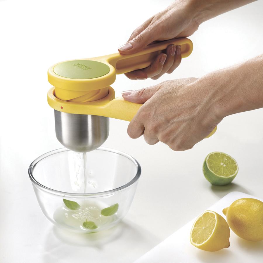 Соковыжималка для цитрусовых спиральная HelixПрессы коллекции Helix с уникальным механизмом скручивания помогают получить максимум при минимальных усилиях. Еще одно инновационное решение на кухне. Helix для цитрусовых выжимает все соки из лимонов, лаймов и апельсинов без дополнительных усилий до последней капли. Незаменимо при приготовлении, как лимонадов, так и маринадов. Прочный корпус соковыжималки выполнен из стали и нейлона. Особая форма ручек предотвращает выскальзывание гаджета. Соковыжималка состоит из двух частей, легко разбирается и моется, в том числе в посудомоечной машине.<br>