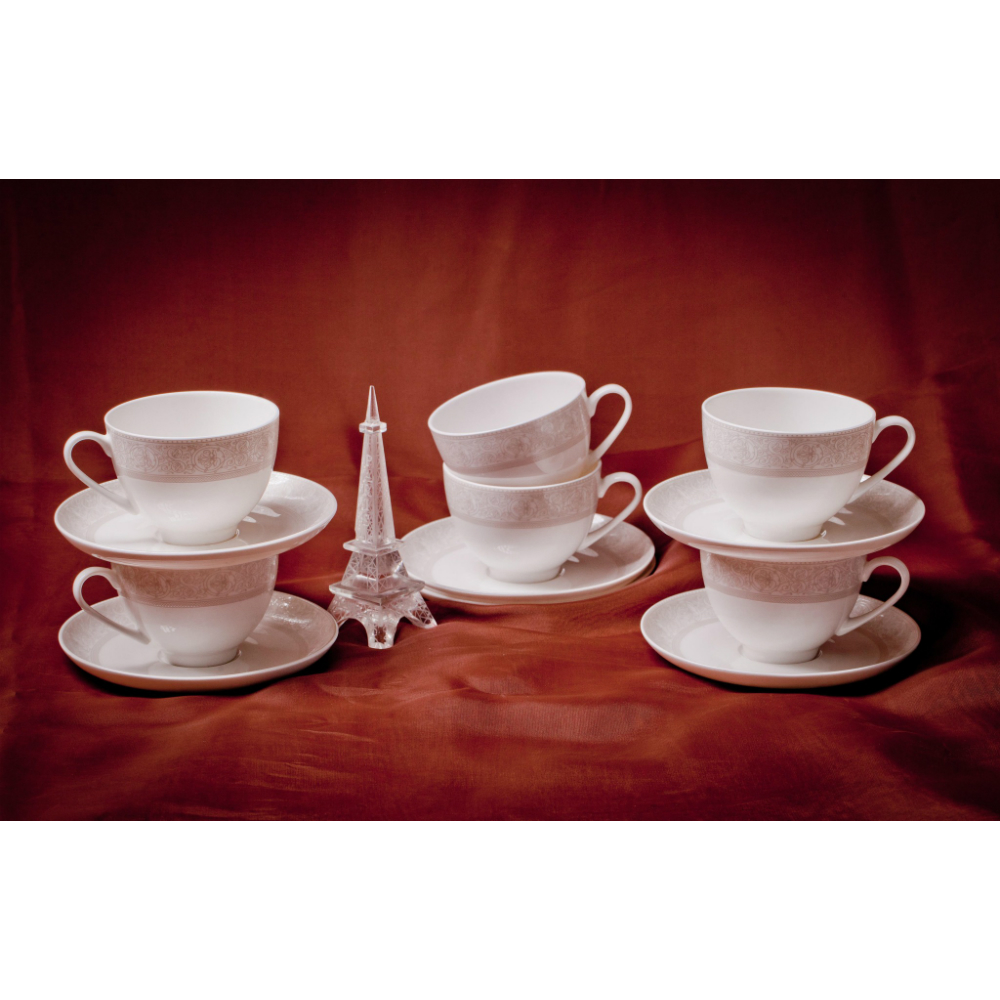 Набор пар чайных 6 персон/12пр ДионисБесспорным лидером среди фарфоровых брендов является «АККУ», не имеющий аналогов во всем мире по качеству продукции. Это настоящий китайский фарфор, способный уместить в себе европейскую голантность и щедрые традиции Востока. Набор чайных пар Дионис на 6 персон состоит из двенадцати предметов. Каждая чашка имеет идеальный белый цвет и высочайшую прочность. Чайные пары выполнены в одной концепции, которая реализована в неброской, но очень искусной росписи. Вся посуда хорошо видна на просвет, чтобы проверить качество фарфора, достаточно разглядеть на свету логотип производителя. Элегантность и красота чайных пар будут долгие годы радовать своего владельца.<br>