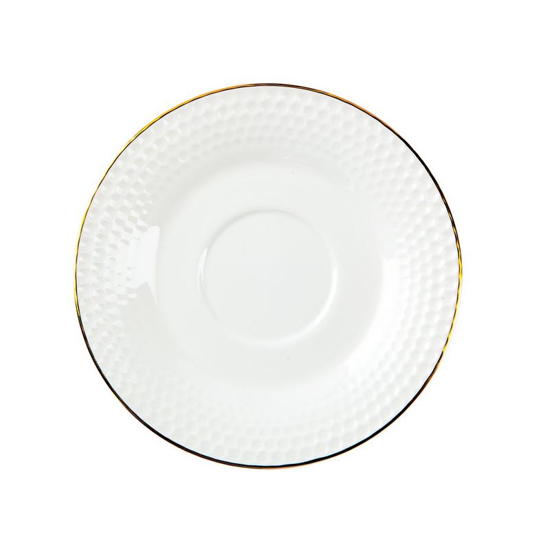 Сервиз чайный 15 предметов ГольфЧайный сервиз Гольф станет прекрасным подарком для Вашей семьи и прекрасно подойдет для сервировки, как праздничного стола, так и для подачи ежедневного чая. Сервиз изготовлен из фарфора белого цвета и украшен фактурным рисунком и контрастной каёмкой. Костяной фарфор отличается удивительной легкостью и полупрозрачностью, а высокая гладкость достигается за счет покрытия сверху специальной глазурью. В набор входит 15 предметов.<br>