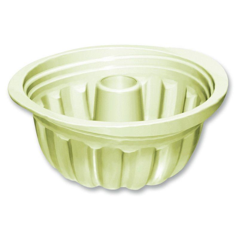 Силиконовая форма для выпечки кексаОригинальная круглая форма для выпекания кекса размером 23 см - отличное приобретение для большой семьи (или для сладкоежек). Крупная и удобная силиконовая форма выдерживает высокую температуру и подходит для использования в духовом шкафу. Специальная ребристая поверхность товара разделяет выпечку на ровные части, так что готовый кекс нужно будет только разрезать. Помимо этого, изделие компактно и удобно в эксплуатации: оно легко моется и благодаря гибкой форме не займет много места на кухне.<br>