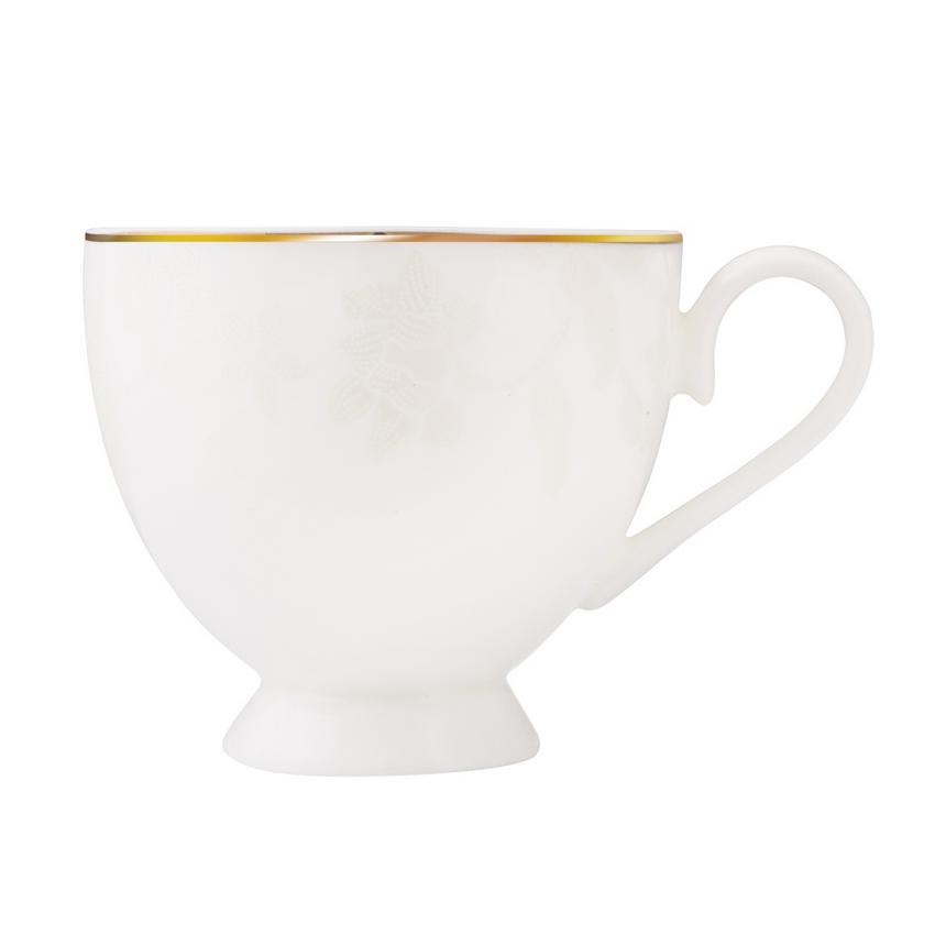 Сервиз чайный Белый лотосЧайный сервиз Белый лотос станет прекрасным подарком для Вашей семьи и прекрасно подойдет для сервировки, как праздничного стола, так и для подачи ежедневного чая. Сервиз изготовлен из фарфора белого цвета и украшен фактурным цветочным рисунком и контрастной каёмкой. Костяной фарфор отличается удивительной легкостью и полупрозрачностью, а высокая гладкость достигается за счет покрытия сверху специальной глазурью. В набор входит 15 предметов.<br>