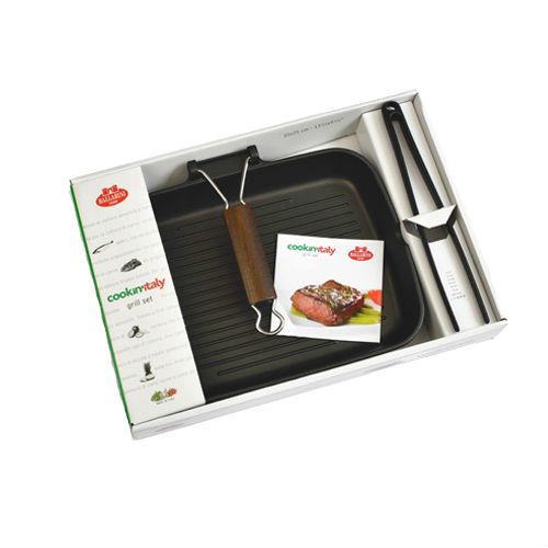 Набор для гриля (сковорода-гриль + шипцы)Набор для гриля от Ballarini состоит из сковороды-гриля и щипцов. Сковорода имеет прямоугольную форму и высокие бортики и предназначена для приготовления восхитительных стейков из рыбы и мяса, а также сочных гарниров. Ребристая внутренняя сторона оставляет аппетитный рисунок на еде, а специальный крепеж, позволяет зафиксировать кусок и лучше его прожарить. Удобная ручка позволит легко передвигать или переносить сковородку, отличающуюся лёгкостью благодаря алюминиевому материалу. Внутреннее антипригарное керамическое покрытие позволит приготовить вкусные блюда без пригорания. Итальянская компания Ballarini выпускает качественную посуду с антипригарным покрытием из литого алюминия или меди для приготовления пищи: сковородки, формы для выпечки, сотейники, которые выполнены в утончённом и сдержанном современном стиле, поэтому готовить в такой посуде одно удовольствие.<br>