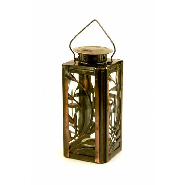 ФОНАРЬ цвет БРОНЗАФонарь изготовлен из металла, стенки фонаря из прозрачного стекла с прочными креплениями, декорированы металичекими веточками. Источник света – сменный парафиновый вкладыш стандартного диаметра. сверху отверстие для воздуха и ручка. Мягкий свет станет отличной заменой яркой электрической лампе и наполнит атмосферу домашним уютом.<br>