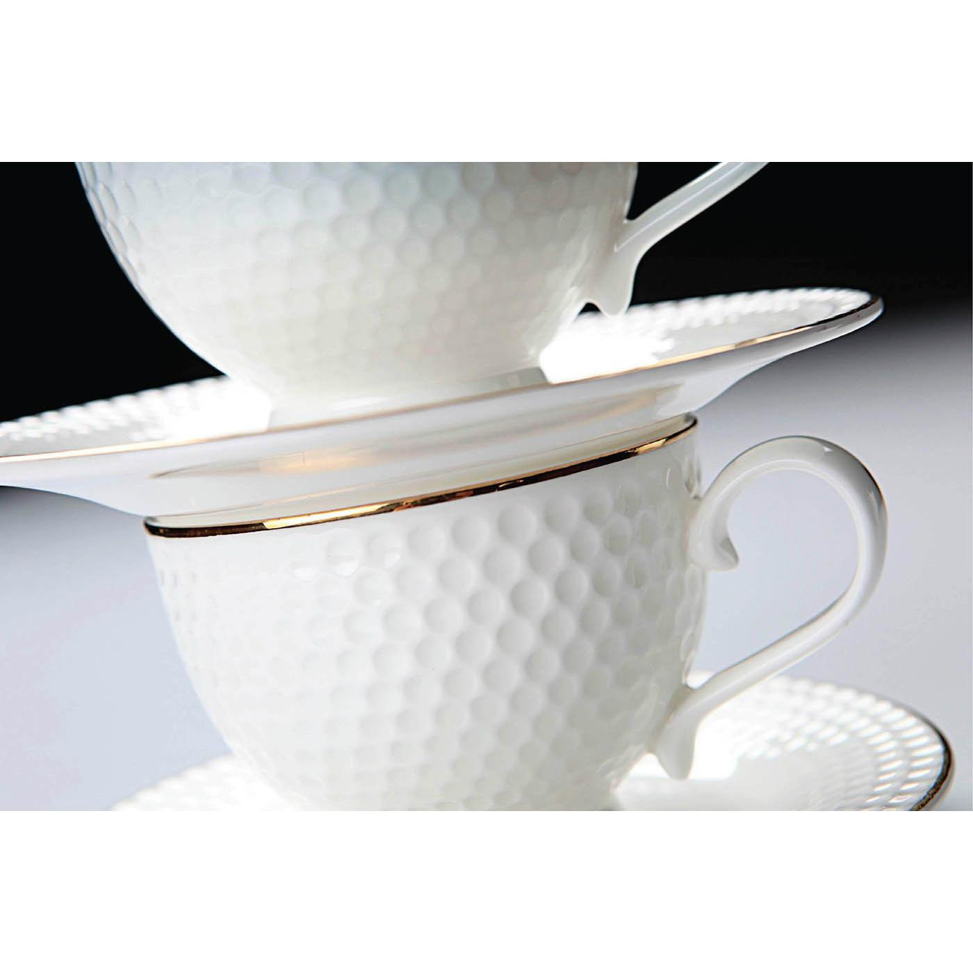 Пара чайная ГольфПроизводитель мирового уровня «Royal Aurel» - это сочетание королевских традиций, китайской рецептуры и современных тенденций дизайна, которые воплощены в эксклюзивных наборах фарфоровой посуды. Для производства используются прочный костяной фарфор и белая глина, за счет чего достигаются  белизна и прозрачность. Чайная пара Гольф это очень оригинальный набор, который состоит из небольшой чашки и аккуратного блюдца. Вся посуда выполнена в дизайне мячика для гольфа, что делает чайную пару прекрасным подарком, а также настоящим украшением интерьера Вашего дома.<br>