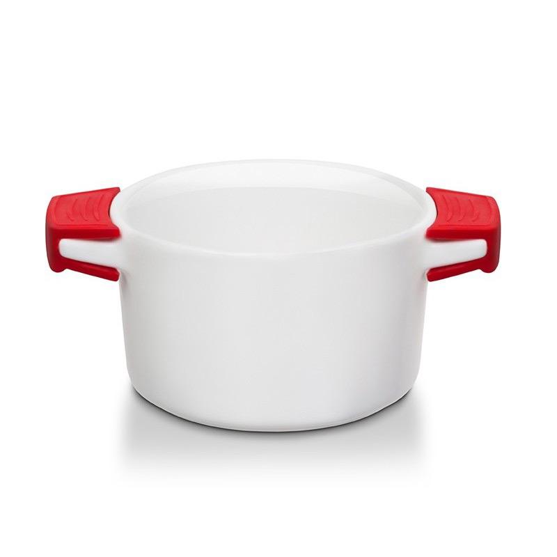 Рамекин с силиконовыми ручкамиКерамические рамикены OURSSON идеально подойдут для запекания и подачи на стол порционных блюд. Керамика хорошо переносит нагревание и равномерное охлаждение. Блюда из холодильника Вы сможете сразу поставить в духовку. Также в рамекинах можно замораживать готовые блюда, а затем подогревать в микроволновой печи. Яркие силиконовые ручку не нагреваются, уберегут Вас от ожогов.<br>