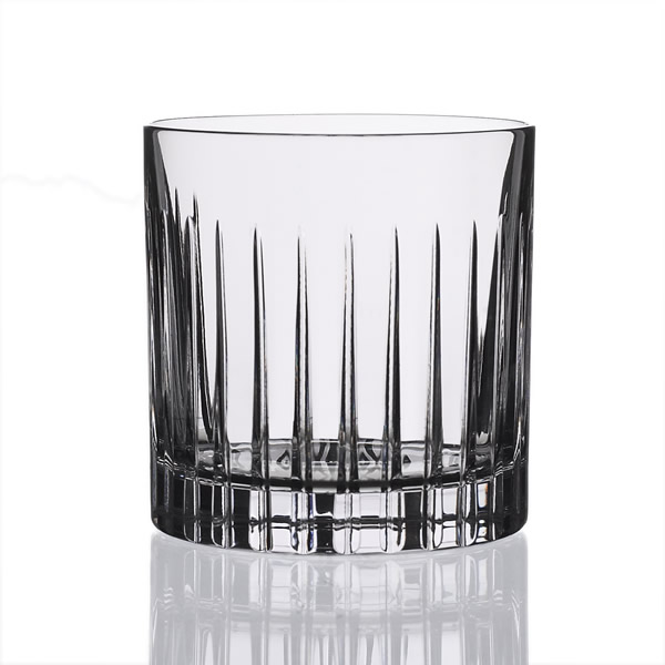 Стакан д/виски TIMELESS 360млСтакан Таймлесс объемом предназначен для подачи виски, бурбона, рома, скотча и другого крепкого алкоголя. Изделие изготовлено из 100% стекла, поэтому имеет кристально чистую конструкцию и максимально четко передает цвет напитка. Благодаря привлекательному дизайну с декорированием в виде прямых линий такой бокал прекрасно украсит праздничный стол. Высокая прочность и износостойкость позволяет загружать его в посудомоечную машину и быть уверенным в том, что стакан не треснет и не разобьется. Материал не тускнеет под воздействием света и длительное время сохраняет презентабельный внешний вид.<br>