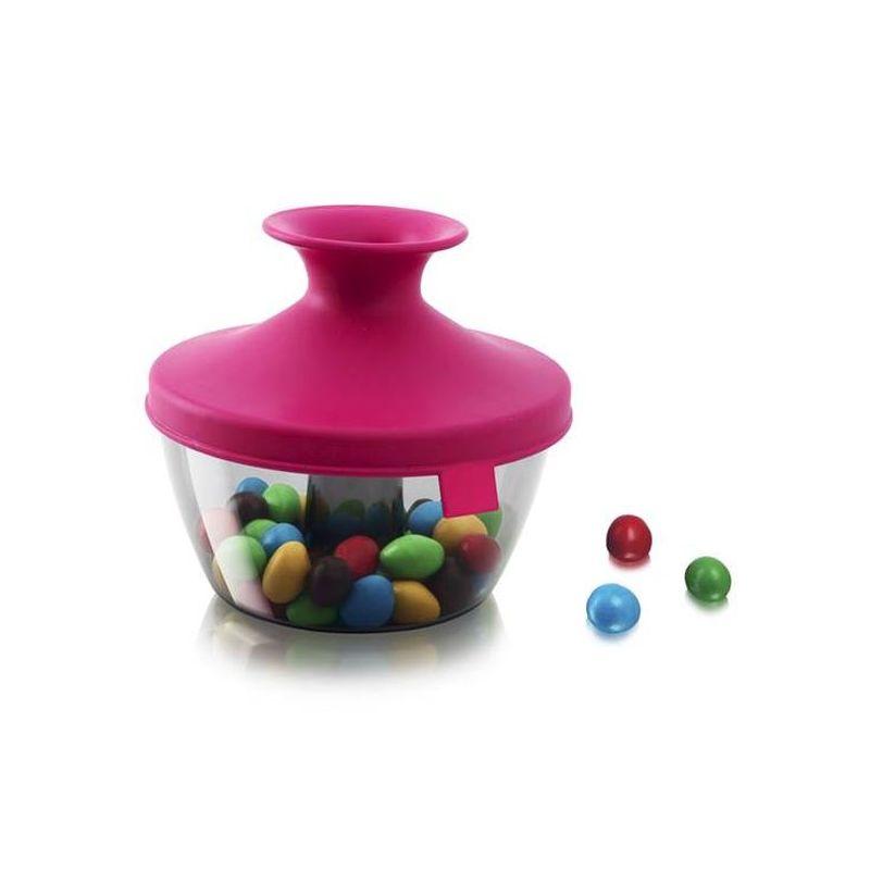 Емкость д/хранения орехов и сладостей 0,45 л, розовыйЕмкость  PopSome, выполненная из высококачественного пищевого пластика, это удобный порционный дозатор д/орешков, мармелада, драже. Яркая цветная силиконовая крышка с запатентованной системой герметичного закрытия Оксилок гарантирует плотное закрытие емкости. Потяните горлышко гибкой крышки вверх до хлопка, и откроется небольшое отверстие, через которое можно отсыпать часть содержимого. Емкость PopSome отлично подойдет д/вечеринок. Ее содержимое легко доступно, и в то же время соблюдается гигиена, так как каждый гость отсыпает себе порцию, не трогая руками остальное. В случае если емкость случайно упадет, ее содержимое не рассыплется.<br>
