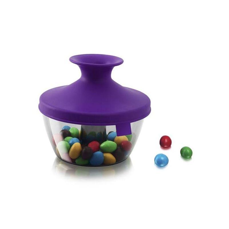 Емкость д/хранения орехов и сладостей 0,45 л, фиолетовыйЕмкость  PopSome, выполненная из высококачественного пищевого пластика, это удобный порционный дозатор д/орешков, мармелада, драже. Яркая цветная силиконовая крышка с запатентованной системой герметичного закрытия Оксилок гарантирует плотное закрытие емкости. Потяните горлышко гибкой крышки вверх до хлопка, и откроется небольшое отверстие, через которое можно отсыпать часть содержимого. Емкость PopSome отлично подойдет д/вечеринок. Ее содержимое легко доступно, и в то же время соблюдается гигиена, так как каждый гость отсыпает себе порцию, не трогая руками остальное. В случае если емкость случайно упадет, ее содержимое не рассыплется.<br>