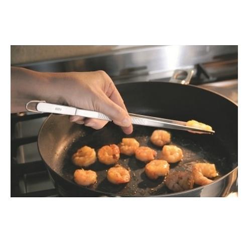 Пинцет кухонный 30 см металлическийПинцет кухонный PINO от немецкого бренда GEFU - незаменимый кухонный аксессуар, который полезен при жарке, переворачивании, удалении содержимого из посуды. Особенно удобно разделывать им раков и моллюсков, не повреждая их мяса. Пинцет изготовлен из нержавеющей стали и имеет ушко, которое позволяет быстрее просушить прибор, сохранив дольше его первоначальный вид и защитив от ржавчины. Эргономичная ручка с гофрой удобно ложится в руке, не скользит и не выскальзывает.<br>