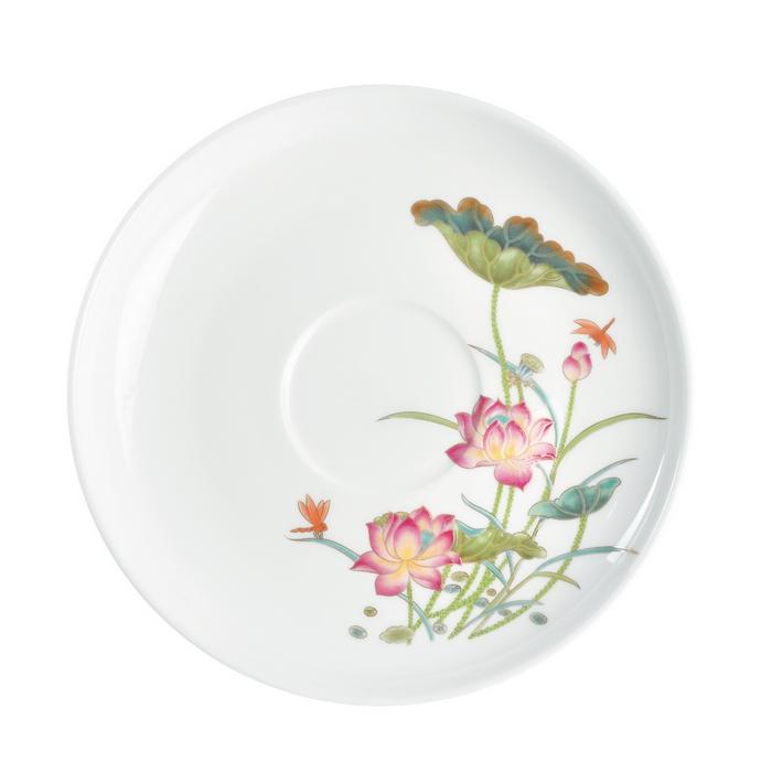 Сервиз чайный 15 предметов ЛотосЧайный сервиз Лотос станет прекрасным подарком для Вашей семьи и прекрасно подойдет для сервировки, как праздничного стола, так и для подачи ежедневного чая. Сервиз изготовлен из фарфора белого цвета и украшен красочным цветочным рисунком и контрастной каёмкой. Костяной фарфор отличается удивительной легкостью и полупрозрачностью, а высокая гладкость достигается за счет покрытия сверху специальной глазурью. В набор входит 15 предметов.<br>