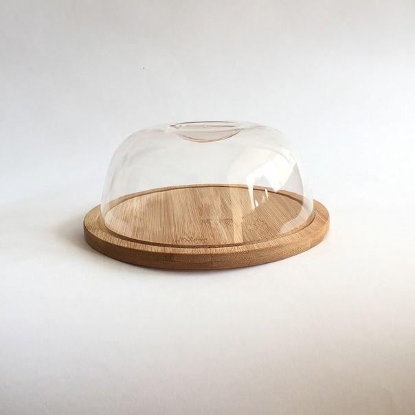 Сырница, бамбук.Сырница - современная модель для хранения сырных изделий и продления их срока годности. Использование модели для сервировки стола непременно украсит как повседневный прием пищи, так и праздничное застолье. Изделие представляет собой поднос, изготовленный из экологически чистого бамбука, который снабжается стеклянной крышкой. Сырница сохранит вкусовые качества продукта и внешний вид в первозданном состоянии. Модель можно мыть самостоятельно теплой водой с чистящим средством. Изделие подходит для хранения в холодильнике, благодаря компактным габаритам его можно разместить на кухонном столе.<br>