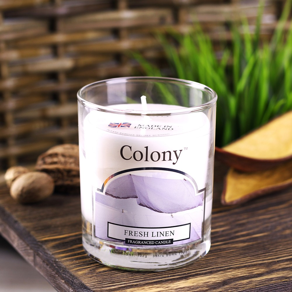 Свеча Свежий ленАроматическая свеча с ароматом Свежего льна очень освежает помещение и придает ему изумительный аромат аромат свежести с нотками цитрусовых, сосновой хвои, бобов тонка, мускуса, спелых яблок, белых лилий, сирени и жасмина. В помещении постоянно ощущается чистота и комфорт, комната всегда наполнена свежим ароматом чистого белья. Свеча может гореть до 16 часов.<br>