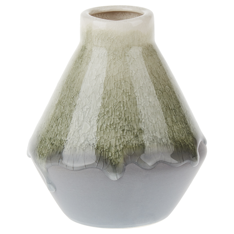 Ваза 12*12*15 смОригинальная ваза конической формы с узким горлышком с успехом впишется в интерьер столовой, небольшой гостиной или уютной спальни. Ваза выполнена в спокойных серых и приглушенных зеленых тонах, уходящих в расцветку хаки. Тонкое горлышко и верх вазы имеют эффект кракелюр с переходом цвета, покрыты подтеками прозрачной стеклянной глазури, что делает простой по форме аксессуар стильным акцентом вашей комнаты. Ваза предназначена для небольшого букета, поэтому она будет органично смотреться на небольшом столике или узкой полке.<br>
