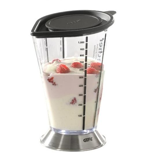 Емкость мерная для смешивания GEFU 1000 млМерная ёмкость в виде стакана - незаменимый прибор, когда необходимо отмерить нужное количество какого-либо ингредиента для приготовления коктейлей, крема или выпечки. На стенки пластиковой ёмкости нанесены различные мерные шкалы: соли, сахара, муки и другие. Подставка изготовлена из нержавеющей стали. В нём можно взбивать при помощи погружного блендера. Объём: 500 мл.<br>