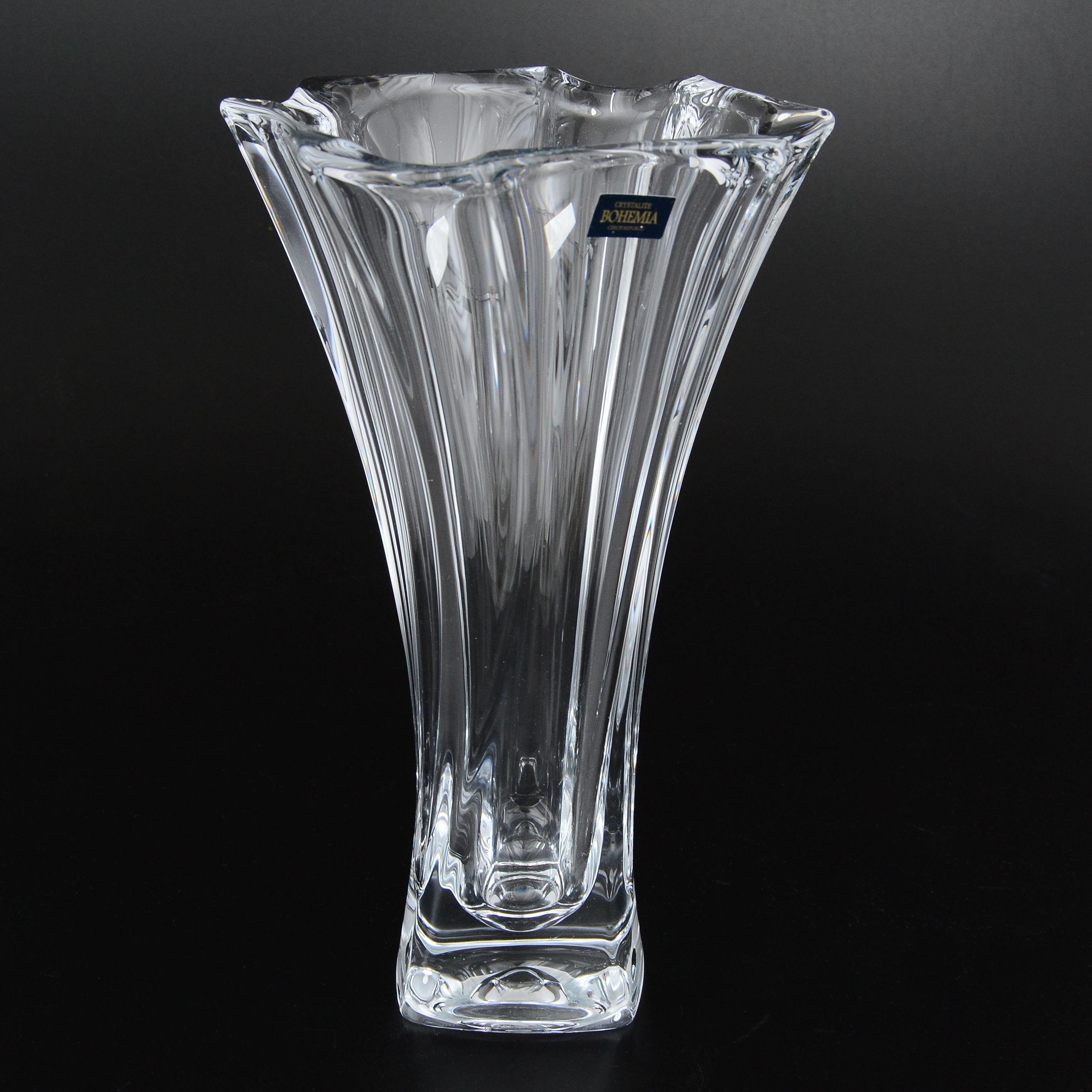 Ваза NEPTUNECrystalite Bohemia - крупнейший производитель посуды и предметов интерьера на рынке богемского стекла.  Ваза изготовлена из  экологически безопасной стекломассы - кристаллита. Изящная форма вазы Neptune украсит любой интерьер и станет замечательным подарком, который будет радовать многие годы.<br>
