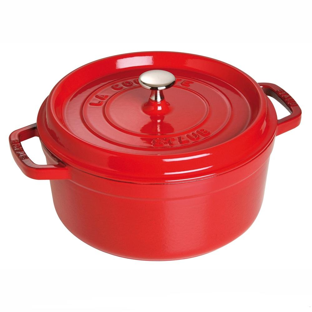 Кокот круглый STAUB д.24 см, 3,8 л вишневыйКокотница от компании STAUB разработана с учетом традиций в изготовлении кухонной посуды и использования современных технологий. Кокот круглой формы предназначен для приготовления горячих закусок, муссов, запеканок, жульенов, также в нем можно подавать соусы и приправы. Материал изготовления – чугун, который не только отлично удерживает тепло, позволяя равномерно его распределить по всей поверхности, но и не деформируется от длительного нагревания и повышает свои антипригарные свойства. Посуду от STAUB можно использовать во всех типах духовок и плит. Диаметр: 28 см; объём: 5,85 л.<br>