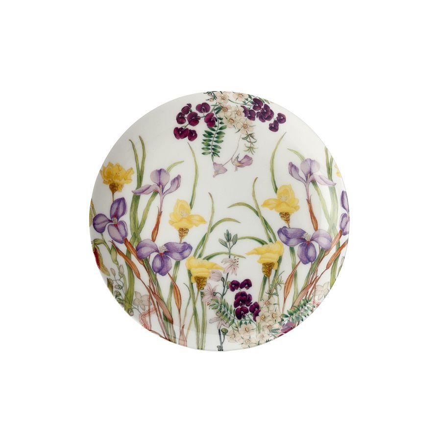 Тарелка 20см Ирис в подарочной упаковке.Изящные фиолетовые и желтые ирисы расцвели на этой тарелке из белоснежного костяного фарфора. Летние садовые цветы внесут яркие краски в сервировку вашего стола, придадут ему утонченность и элегантность. Подарочная упаковка делает тарелку «Ирис» приятным сюрпризом, подарком с хорошим вкусом и высочайшим качеством. Возможно безопасное использование в микроволновой печи, мытье в посудомоечной машине.<br>