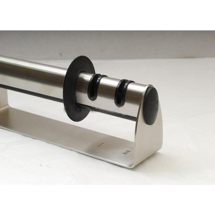 Точило для ножей TWIN Select 195 ммТочило для ножей TWIN Select от Zwilling настольного типа оптимально подходит для двух типов заточки и всех типов ножей. Защитная вставка сохранит Ваши рукт от порезов и ушибов во время затачивания. Zwilling - уважаемая немецкая компания, выпускающая столовые приборы и посуду из нержавеющей стали, которая славится своим качеством, практичностью и безукоризненным дизайном.<br>