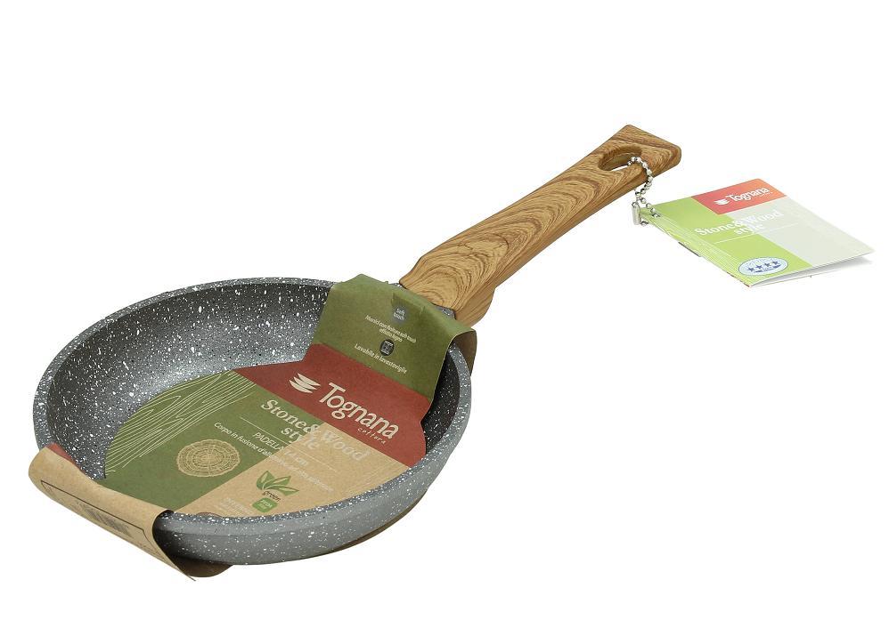 Сковорода порционная 14 см STONE&amp;WOODСковорода порционная Стон Вуд - кухонный прибор, который будет незаменим в приготовлении различных блюд. Модель идеально подойдет для завтраков, обедов и ужинов на одну персону. Изделие с многослойным покрытием обеспечивает превосходное качество жарки - блюда не пригорают и не прилипают к поверхности. Модель оснащена силиконовой ручкой, которая не нагревается даже при работе с высокими температурами. Сковорода, изготовленная из алюминия, прослужит владельцу не один год и сохранит безупречный внешний вид даже после многократного использования.<br>
