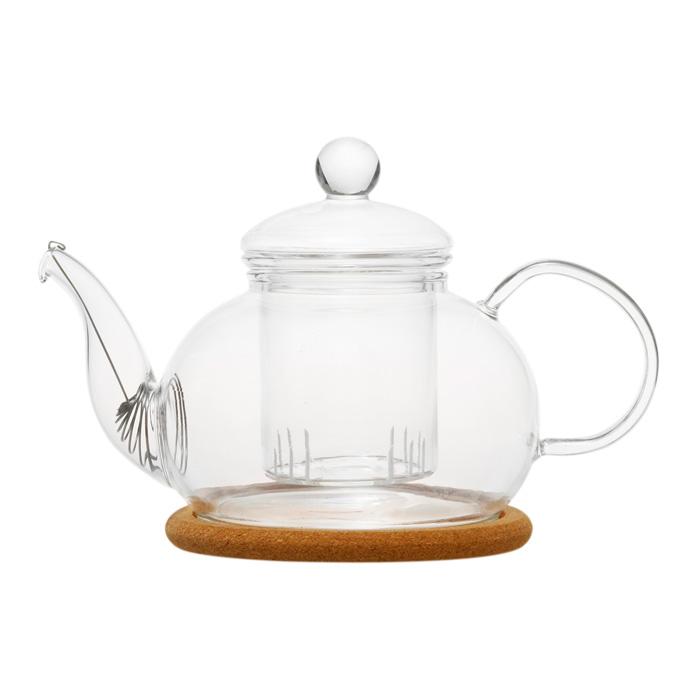 Чайник стеклянный Орхидея 800 млСтеклянный заварочный чайник Орхидея от китайской компании Hot Contents превратит простое домашнее чаепитие в настоящую чайную церемонию. Модель выполнена из прозрачного жаропрочного стекла, которое позволяет наблюдать за процессом заваривания чайных листьев и бутонов цветов от начала и до конца. Чайник оснащен колбой с ситечком для заваривания, что позволяет избежать попадания чаинок в чашку, а также специальным фильтром  пружинки в носике. Пробковая подставка в основании дольше сохранит чай горячим и не повредит поверхности стола. Объём: 800 мл.<br>