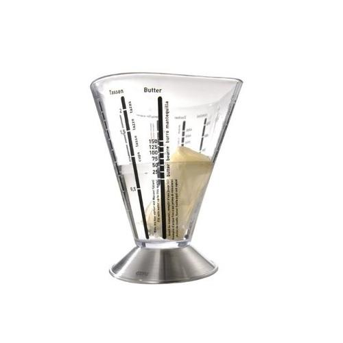 Емкость мерная GEFUМерная ёмкость в виде стакана - незаменимый прибор, когда необходимо отмерить нужное количество какого-либо ингредиента для приготовления коктейлей, крема или выпечки. На стенки пластиковой ёмкости нанесены различные мерные шкалы: соли, сахара, муки и другие. Подставка изготовлена из нержавеющей стали. Объём: 500 мл.<br>